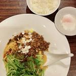 汁なし担担麺ピリリ - 汁なし担担麺 白胡麻担担麺(880円), 温泉卵(100円), 半ライス(50円)