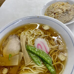 タカノ - 半チャーハン&ラーメン   これぞ町中華!意外とあっさり薄味なラーメン。スープ美味しい。しっとりチャーハンもグー✊
