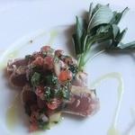 アル・ケッチァーノ - 鮪をモロヘイヤとセロリ トマトのソースで。