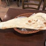 インド料理 ビ二タ - おかわりノーマルナンアップ、長身で結構デカイ