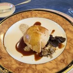 142751982 - 鴨のフォアグラと茸のパイ包み、2種類のトリュフ