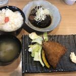 魚串さくらさく - さば黒煮とアジフライ定食@880円