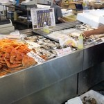 道の駅 氷見 海鮮市場 - これ 殻を開けてもらうほうが絶対に旨いけど・・・オレがお金出したワケでもないから・・・オレなら剥いてもらいます