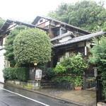 古桑庵 - 自由が丘駅から歩いて7~8分。雨にけぶる古民家。