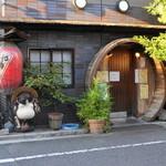 喜美松 - 2012.8 店舗外観、樽を輪切りにしたような入口が特徴的です