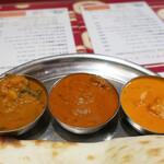 シブ マハール - [左]野菜のカレー[中央]マトンカレー[右]バターチキンカレー