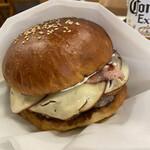 ゴールデンブラウン フクオカ - ゴールデンブラウンバーガー。スモークチーズとタップリのマッシュルーム相性抜群。
