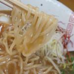 らーめん弥七 - 醤油らーめんの麺
