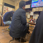 142786812 - リーマンも結構いて…TVを見ながらのお一人様も                                              けっこう来ている様子                                              色紙も沢山あるので、なかなかの人気店であろう