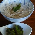 鴨鶴 - ランチメニューに付いてくるサラダと漬物