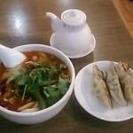 XI'AN - 麻辣刀削麺(小)と「焼き餃子(右)」