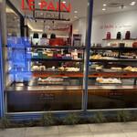 142804608 - こちらが…カフェの向かいにあるパン屋さん!                                              お洒落〜! ロブションのパン…1番人気はやはり                                              クロワッサン! PAULのクロワッサンも美味いけど                                              ロブションのソレも結構な人気!