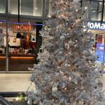 142804609 - メリークリスマス‼︎  このパンを買ったのは今日では                                              無い。でも、写真は明日で賞味期限が切れるから                                              ロブションのカフェの前のツリーとレビューをUP!                                              コロナ禍でなければレストランなんだけどな〜