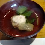 日本料理 戸たに - 椀物 蓮根新茶あしらい
