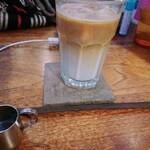 FAbULOUS - セットドリンクのカフェラテ(アイス)。 シロップはお好みでいただけます。