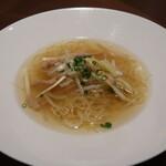 142833584 - 黄ニラ、もやしと大豆ミート細切り炒め入り 香港細麺スープヌードル