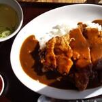 最後にカツ。 - 料理写真:名物の肉カレー・ご飯大。\880。スープも美味しかった。