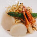 142835262 - 平打ち麺の海鮮焼きそば。この塩ニンニク鶏がらスープのソースはウンマイ!