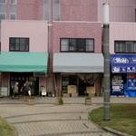 埼玉屋食堂 - 駅前広場より 3軒並んだ一番左が埼玉屋食堂