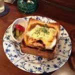 チープトリック - キーマカレーinとろーりたまごのチーズトースト 単品500円
