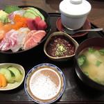 塚本鮮魚店 - 「特上海鮮丼」は、彩りよく、新鮮な刺身がたくさん盛られていました。