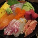 塚本鮮魚店 - かつおたたき、サーモン、いっさき、まぐろのぶつぎり、あじなどなどこれでもかと盛られています。
