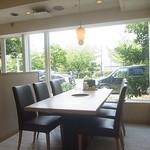 14288919 - ワンちゃんもいっしょに座れるテーブル席がいくつかございます