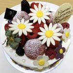 パティスリー ル・シエル - バースデーケーキ       ショートケーキ 5号(15cm) 3200円       花2〜3個追加 500円       花サイドにも追加 1400円       フルーツ追加 5号 600円