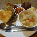 142917658 - パンの盛り合わせとスープ