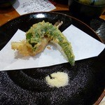 めん房 - 唐辛子とエビの天ぷら。うどんと一緒に。