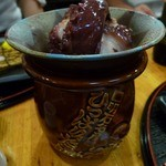 めん房 - アラカルト:煮ダコ。壷に入ってきます。