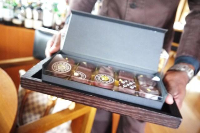 BVLGARI Il bar - スリランカのスタッフがチョコを勧めに来ました♪