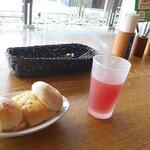 鎌倉パスタ - 料理写真:食べ放題のパンとドリンクバーの飲み物