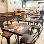 茶願寿cafe - お二人様席のテーブル席です。