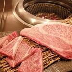 焼肉 有牛 - 厚切りカルビ(左)10秒ロース(右)