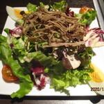 Yakinikujun - 小型牧場牛のコンビーフのせサラダ