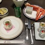 142972885 - オードブルワゴンの料理と蟹
