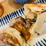肉汁餃子と190円レモンサワー 難波のしんちゃん - 肉汁餃子の肉汁がポタポタ垂れてるのを上手に撮れなかった…(   ˙-˙   )残念