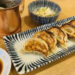 肉汁餃子と190円レモンサワー 難波のしんちゃん - 肉汁餃子の焼き目が見えるように裏返してから もう一度写真撮影✨ この大根おろしが最高✨ 最高のお昼ご飯♡