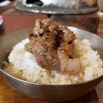 142977769 - 焼肉定食 (カルビ2枚、麦飯、たまねぎサラダ、スープ付き.980円)