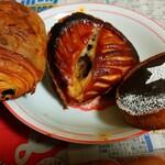 マエジマ製パン - 左が確かショコラ、中央がリンゴパイ、右がチョコタルトみんなお菓子系で甘くてまいちゃう美味さ(ノ゜ο゜)ノ