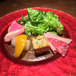 Ristorante Orobianco - 前菜、グリーンサラダから時計回りに、サラミとモルタデッラハム