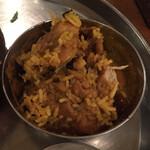 Truly south indian dakshin yaesu - カレーを平らげたところに             チキンを集めてみました。             けっこうたくさんです。             火の通り方もさすが。