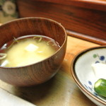 王将 - 釜飯について来る味噌汁・漬物