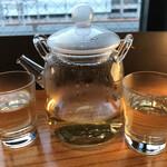 電光石火 - 竹鶴780円×2、熱燗。徳利とお猪口はないらしく耐熱ガラスの容器で出てきた。