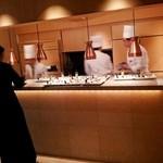 Happouembanketto - 披露宴会場の壁が開き、キッチンが登場。料理はここからサービスされる。