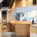 渋谷チーズスタンド - 木を使ったシンプルなデザイン
