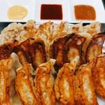 餃子の王将 - 料理写真:手前から普通 よく焼き 両面焼き