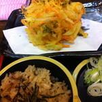 天ぷらそば ふくろう - バリューセットのかきあげと炊き込みごはん。揚げたてのかきあげが美味しい。