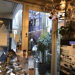 Curry Spice Gelateria KALPASI - 左はジェラートコーナー、右が券売機です。